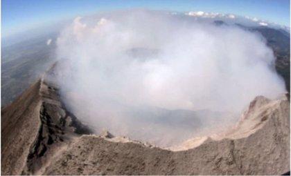 Las emanaciones del cráter del Chaparrastique se elevan entre 100 y 150 metros de altura