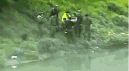 Un joven auxiliar salva a una anciana que flotaba en las aguas contaminadas del río Bogotá