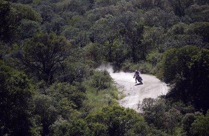 Barreda conserva el liderato en motos y Peterhansel vence en coches