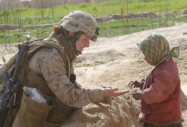 Soldado de EEUU con una niña en Afganistán