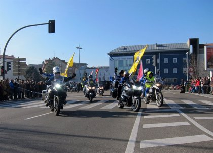 Miles de personas arropan el Desfile de Banderas de 'Pingüinos'