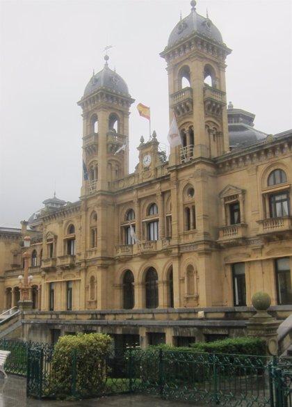 La banda de txistularis de San Sebastián actúa en el Ayuntamiento