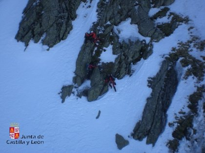Evacuada una montañera enriscada en el Pico del Lobo