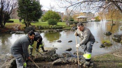Trabajadores de Tasubinsa acondicionan el parque Yamaguchi de Pamplona