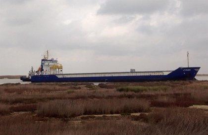 Un barco de grandes dimensiones queda varado en la orilla del río Guadalquivir