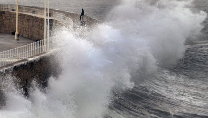 El litoral de A Coruña y Pontevedra permanecerá este lunes en alerta naranja