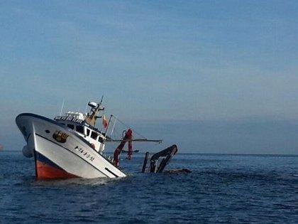 Reflotan el pesquero hundido en las Illes Formigues (Girona)