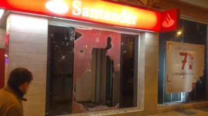 La manifestación de Gamonal concluye sin carga policial pero con contenedores, una sucursal y bancos dañados