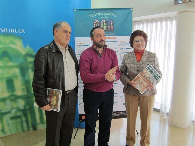 El concejal presenta el cómic que recoge la historia del Teatro Bernal