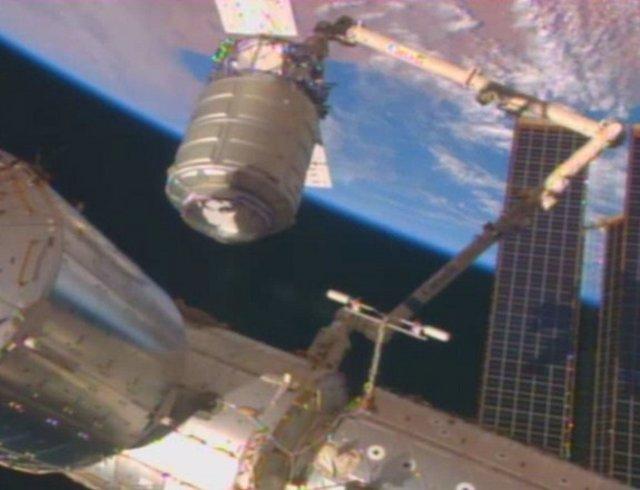 La nave de suministro Cygnus llega a la ISS con los regalos de Navidad