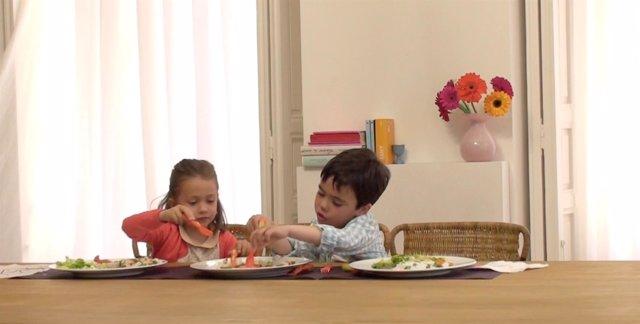 Niños Comiendo. Ketchup Heinz