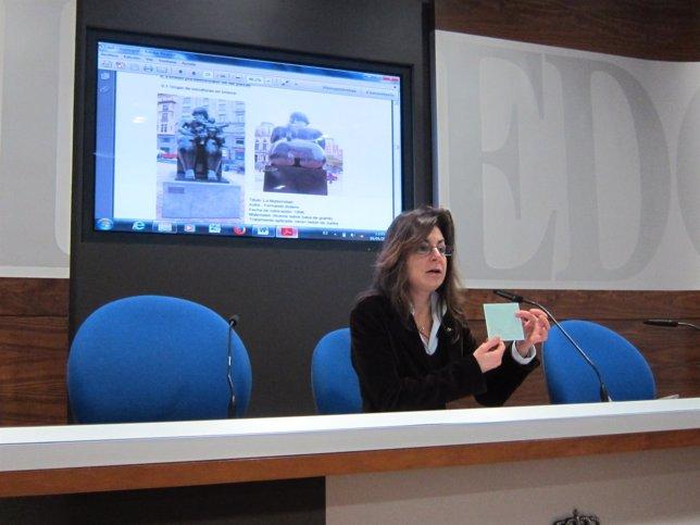 Belén Arganza (Foro) muestra el material de La Regenta