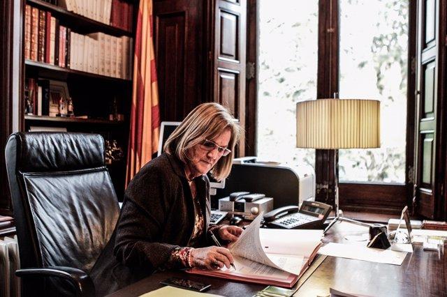 La presidenta Nuria de Gispert, firmando la propuesta de la consulta