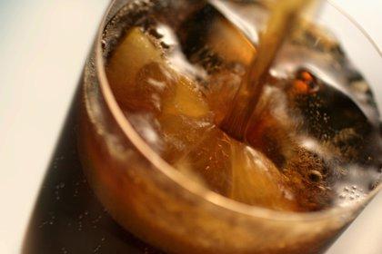 Las personas con sobrepeso que toman bebidas dietéticas comen más