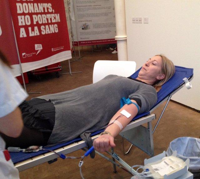 La consellera N.Munté donando sangre
