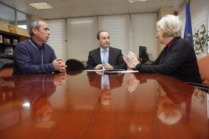 Serna y el alcalde repasan las necesidades educativas, culturales y deportivas del municipio