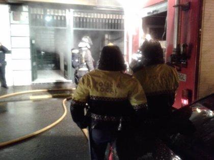 Un incendio en un sótano obliga a desalojar a 40 vecinos de un bloque de viviendas de Badajoz