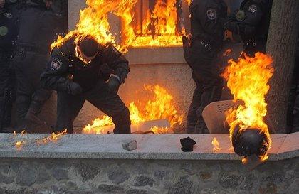 Más 100 policías heridos en los choques con manifestantes en Ucrania
