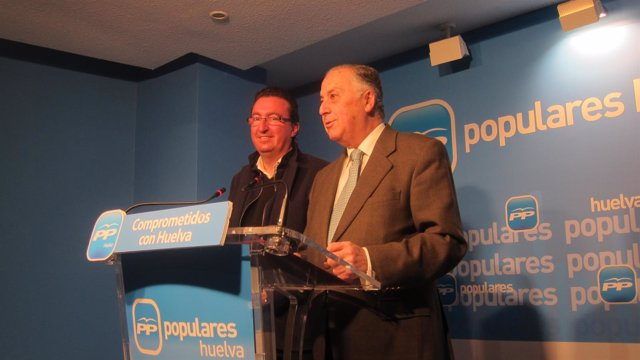 El subdelegado del Gobierno de Huelva, Enrique Pérez Viguera, y Manuel Andrés.