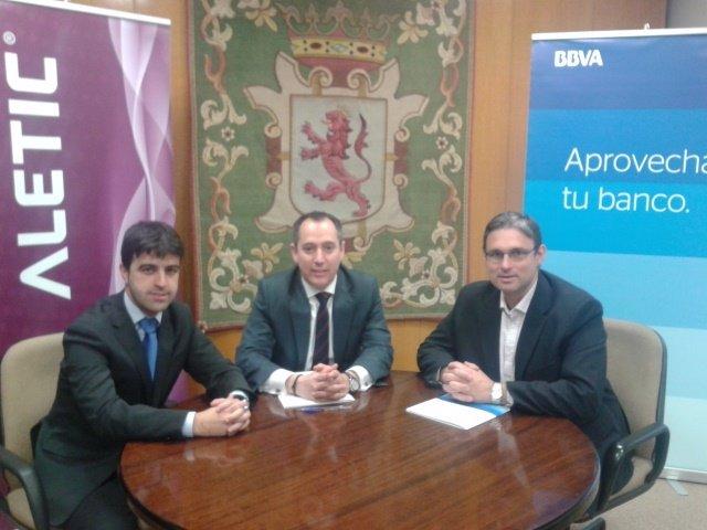 Momento de la firma del convenio de colaboración entre Aletic y BBVA.