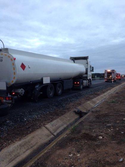 Finaliza el trasvase del gasóleo del camión accidentado en la A-49