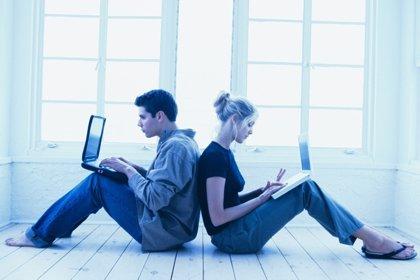 Siete de cada diez solteros europeos reconoce buscar información en Internet sobre sus citas