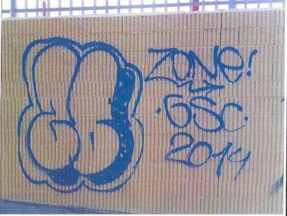 Sorprendidos dos menores mientras realizaban grafitis en una fachada y un contenedor