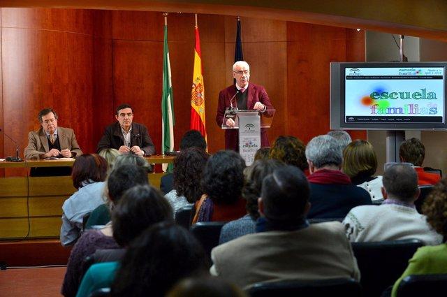 El consejero de Educación andaluz, Luciano Alonso, presenta 'Escuela de Familias