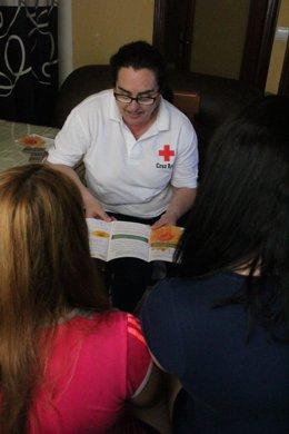 Una voluntaria de Cruz Roja informa a dos prostitutas en un piso encubierto