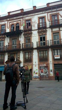 El edificio sigue esperando su rehabilitación tras años abandonado.