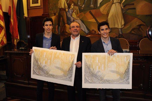 Los pilotos Àlex y Marc Màrquez con el presidente de la Diputación de Lleida