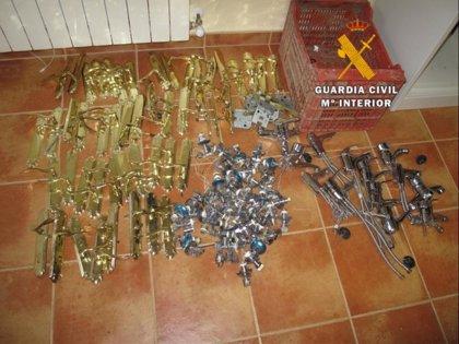 Detenidos 3 jóvenes y 2 menores por robo de cableado, grifería y manillas de las puertas de casas de Noves