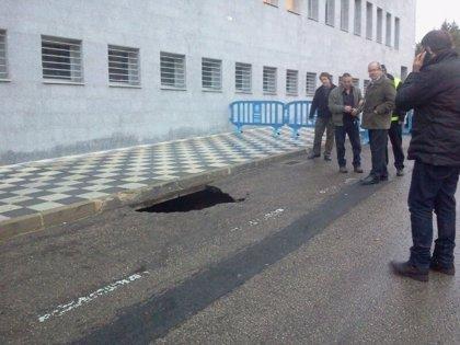 Una avería de agua provoca un socavón de 8 metros