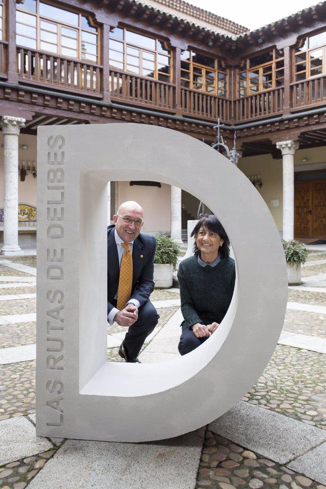 Carnero (I) y Elisa Delibes (D) con el hito de piedra