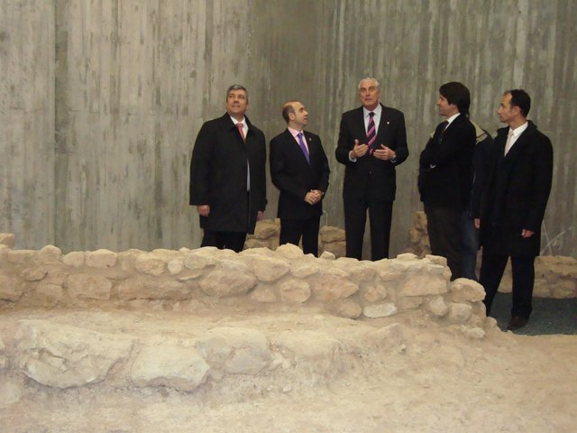 Suárez ha visitado los restos arqueológicos aparecidos en la sede comarcal