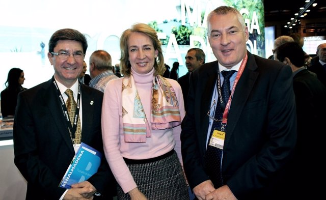 La alcaldesa de Benalmádena, Paloma garcia Galvez en fitur con edil turismo