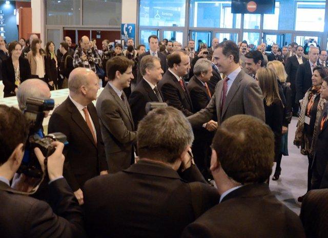 El Príncipe saluda a Arasti en la inauguración de Fitur