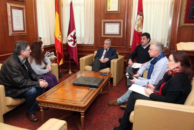 Emilio Gutiérrez (centro) con la Asociación de Vecinos del Mercado