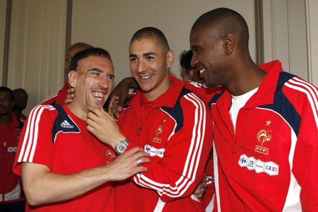 Ribery, Benzema y Abidal en una concetración con la selección francesa