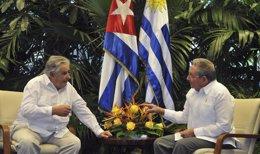 El presidente de Uruguay, José Mujica, y el presidente de Cuba, Raúl Castro.