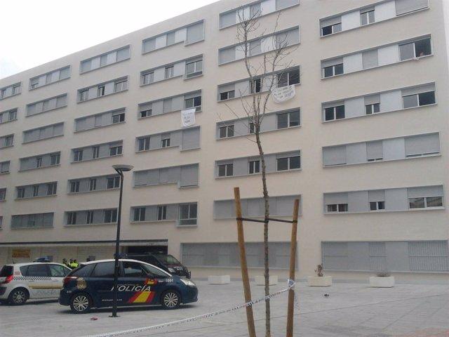 El edificio de Nuevo Amate vigilado por la Policía.