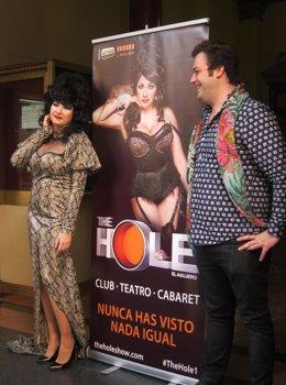 Presentación de The Hole, con la Terremoto de Alcorcón y el productor de la obra