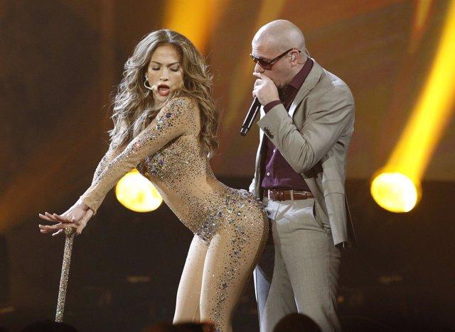 Jennifer Lopez Y Pitbull Cantando Durante Un Concierto