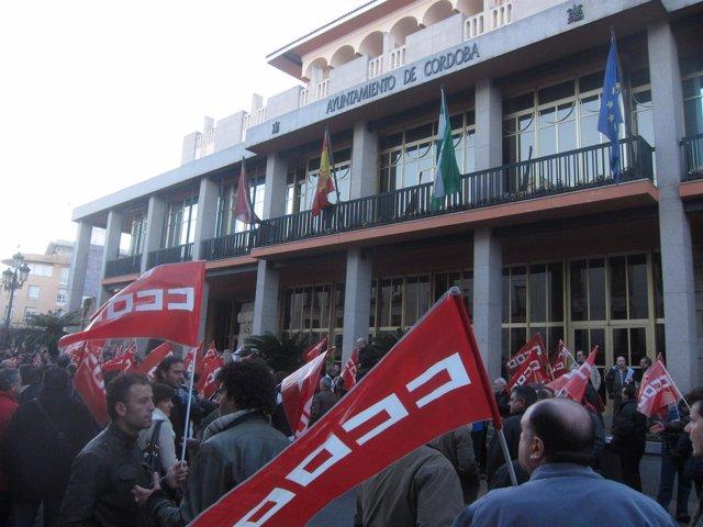 Concentración de CCOO y CTA ante el Ayuntamiento de Córdoba