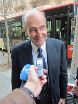 El abogado de la Infanta Cristina Miquel Roca a las puertas de su despacho