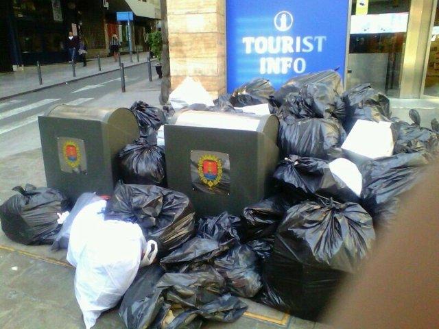 Basura acumulada a las puertas de la oficina de turismo de Alicante