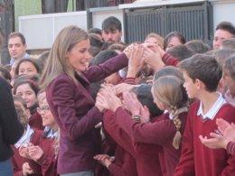 Doña Letizia saluda a los escolares de la La Salle de Almería a su llegada