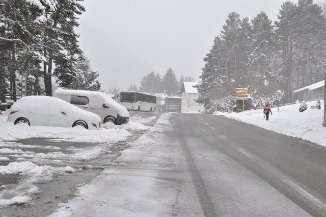 Nieve en la carretera, en el Pirineo oscense