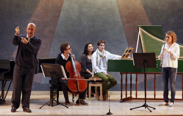 El coordinador de los conciertos, Esteban Sanz, en un concierto educativo