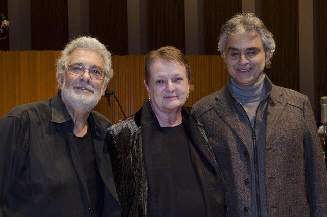 Plácido Domingo (i) con la intendente del Palau, Helga Schmidt, y Bocelli